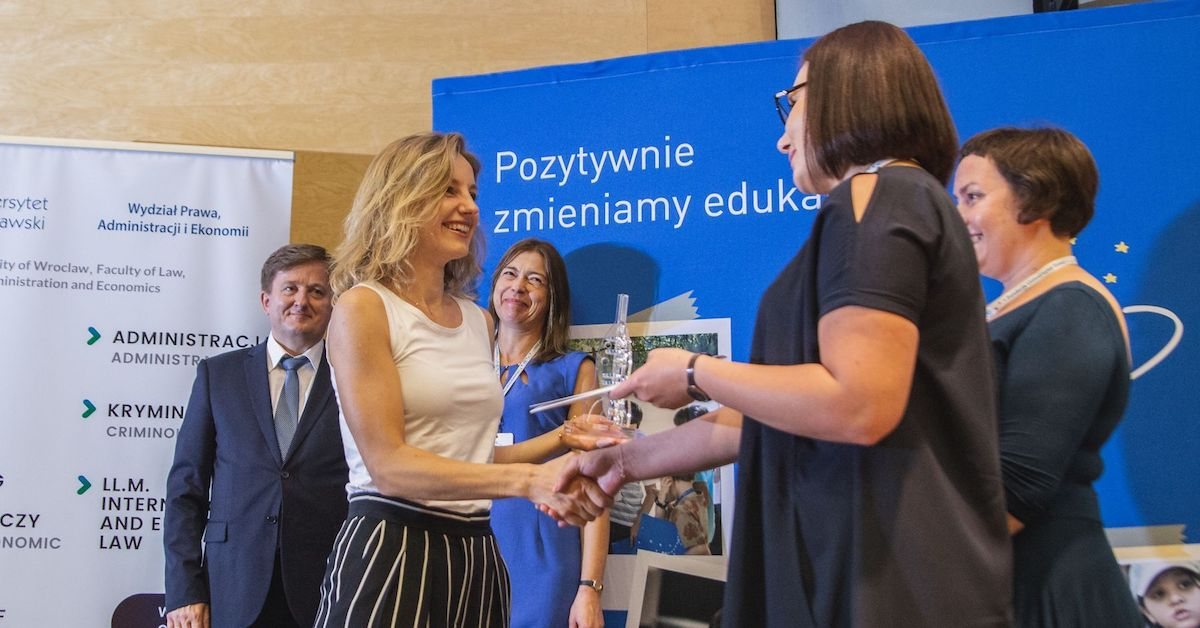 Olga Malinkiewicz receiving the Lecturer of the Year award